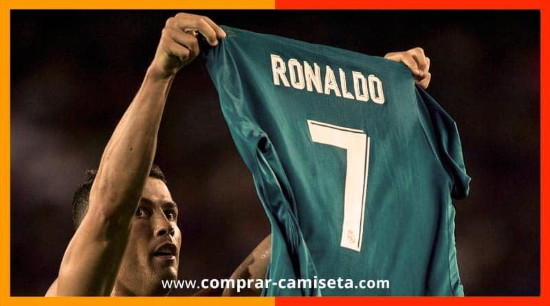 comprar camiseta de cristiano ronaldo - imagen enseñando camiseta Noucamp Barcelona